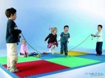 Sarokszegély a közepes játszó- és tornaszőnyegekhez (2,5 cm vastag, 1,00 m hosszú elemhez)