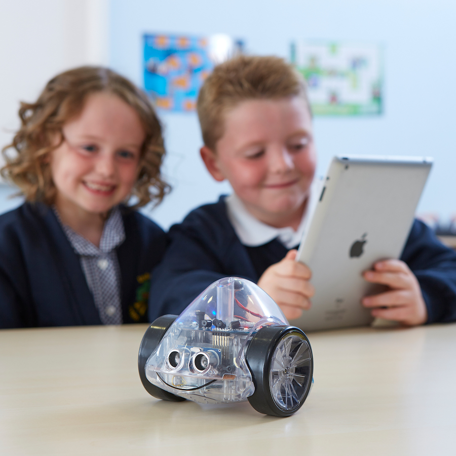 Gyerekek Ino-bot robottal