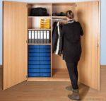 Zárható széles ruhatári szekrény, tárolóval